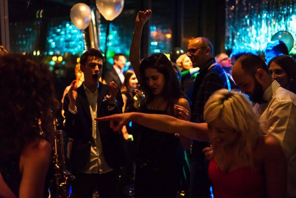 Buchen Sie Saxophonistin Miri für Ihr Event